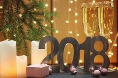 在白色蜡烛旁边的新年礼物2018年和以诗歌选为背景的一棵圣诞树 免版税库存图片