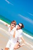 在白色衣裳和太阳镜的愉快的年轻夫妇 图库摄影