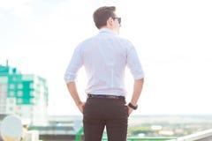 在白色衬衣、领带和太阳镜sta的严肃的年轻busunessman 库存图片