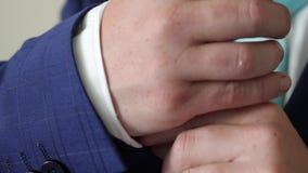 在白色衬衫和领带的商人在去的早晨调直他的在他的夹克的手工作 事务Oncept  股票录像