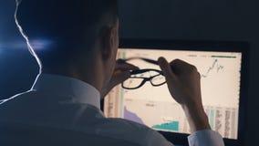 在白色衬衫的金融家商人是在金融市场上的劳累过度在计算机上 人疲乏并且有头疼 影视素材
