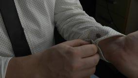 在白色衬衫袖子的男服按钮 股票视频