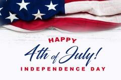 在白色被佩带的木背景的美国国旗与问候 免版税库存图片
