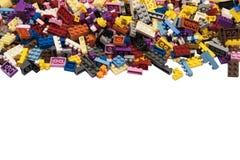 在白色被隔绝的背景的五颜六色的建筑玩具 库存图片