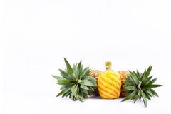 在白色被隔绝的背景健康菠萝果子食物的被剥皮的成熟菠萝 库存图片