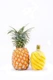 在白色被隔绝的背景健康菠萝果子食物的被剥皮的成熟菠萝 免版税库存照片