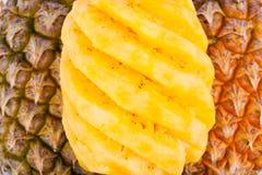 在白色被隔绝的背景健康菠萝果子食物的被剥皮的成熟菠萝 图库摄影