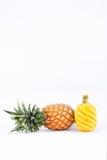 在白色被隔绝的背景健康菠萝果子食物的被剥皮的成熟菠萝 免版税图库摄影