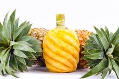 在白色被隔绝的背景健康菠萝果子食物的被剥皮的菠萝 免版税库存照片