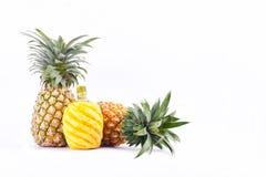 在白色被隔绝的背景健康菠萝果子食物的被剥皮的菠萝 免版税图库摄影