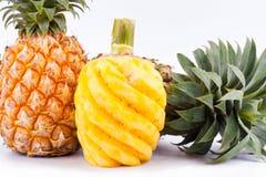 在白色被隔绝的背景健康菠萝果子食物的被剥皮的菠萝 免版税库存图片