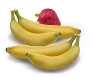 在白色裁减路线隔绝的草莓香蕉 免版税库存照片