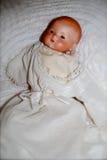 在白色褂子的古色古香的玩偶 免版税库存照片
