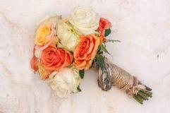 在白色西班牙墙壁上的英国庭院玫瑰花束 免版税库存照片