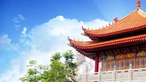 在白色观世音菩萨雕象背景的中国历史的传统建筑学 免版税库存照片