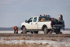 在白色路轨卡车旁边的一条工作者定象轨道 库存照片