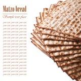 在白色逾越节宏指令的犹太洁净未发酵的面包隔绝的 文本 免版税库存照片