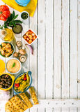 在白色野餐桌上的地中海开胃菜 库存图片