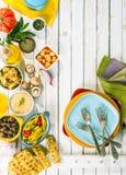 在白色野餐桌上的地中海开胃菜 图库摄影