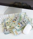 在白色键盘的美金 库存图片