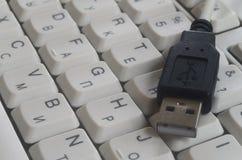 在白色键盘输入的USB 免版税库存照片
