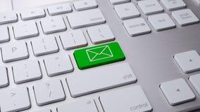 在白色键盘3 d的绿色电子邮件按钮回报 免版税库存照片