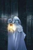 在白色长袍的图有灯笼的 免版税库存图片