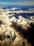 在白色阿尔卑斯上的湖视图 免版税库存图片