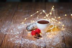 在白色陶瓷杯子圣诞节的热巧克力 库存照片