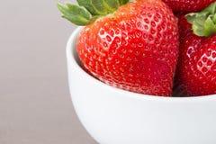 在白色陶瓷杯子的大草莓有在木选项的copyspace的 免版税图库摄影