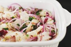在白色陶瓷碗的被切的菜 免版税库存照片