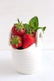 在白色陶瓷篮子的草莓 库存照片