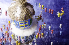 在白色随风飘飞的雪和小糖果的圣诞节小屋 免版税库存照片