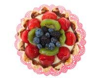 在白色隔绝的一块桃红色小垫布的新鲜水果馅饼 免版税库存图片