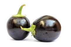 在白色隔绝的两新鲜的茄子 免版税图库摄影