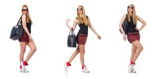 在白色隔绝的乐观妇女佩带的太阳镜 免版税库存照片