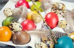 在白色隔绝的五颜六色的葡萄酒复活节彩蛋 库存图片