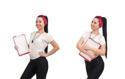 在白色隔绝的可爱的女性健身教练员 图库摄影