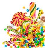 在白色隔绝的各种各样的五颜六色的糖果 免版税库存照片