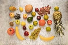 在白色隔绝的套不同的明亮的鲜美果子 图库摄影