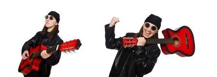 在白色隔绝的年轻吉他演奏员 免版税库存图片