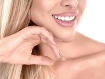 在白色隔绝的年轻逗人喜爱的微笑的女孩 显示完善的牙 3d概念现有量人口腔医学牙 库存图片