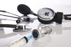 在白色隔绝的心脏病学医疗设备 库存照片