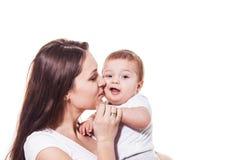 在白色隔绝的愉快的母亲和孩子画象  免版税图库摄影