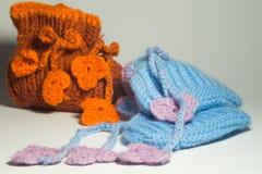 在白色隔绝的手工制造编织的婴孩赃物 库存照片