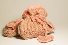 在白色隔绝的手工制造编织的婴孩赃物 免版税库存图片