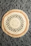 在白色隔绝的手工制造被编织的花瓶 库存图片