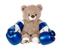 在白色隔绝的拳击手套的玩具熊 拳击手一点 免版税库存照片