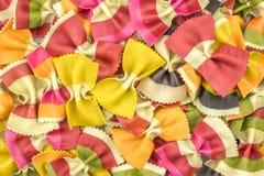 在白色隔绝的新鲜的未加工的farfalle面团 免版税库存照片