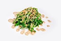 在白色隔绝的新鲜的chuka海草沙拉 日本烹调 免版税库存图片